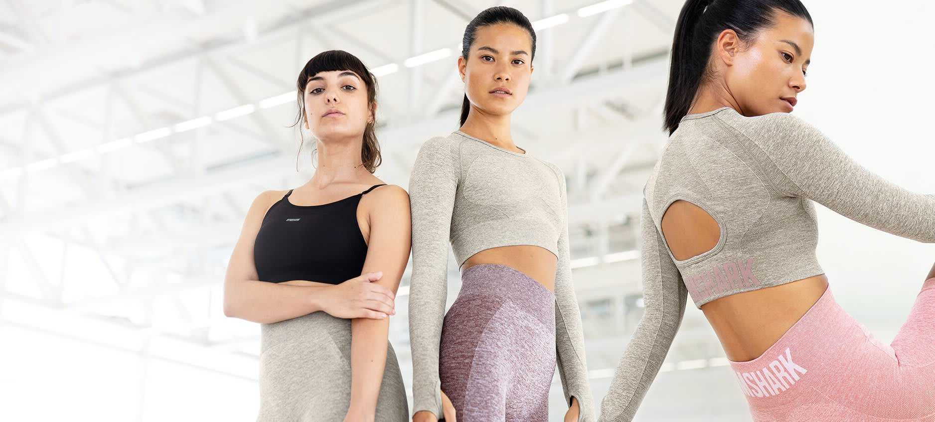 Eine Collage von 2 weiblichen Models, die sich in einer hell erleuchteten Szene direkt in die Kamera stellen, während sie die Must Have Flex-Kollektion tragen.